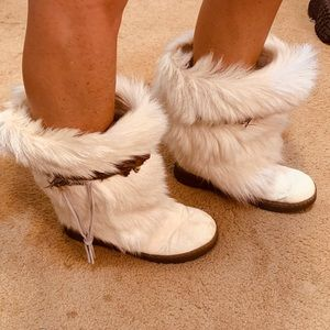Women's BearPaw 🐻 White Furry Boots Size 9